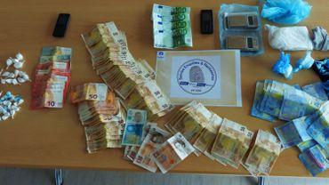 La lutte contre le trafic de stupéfiants continue à Namur. Lors d'une perquisition à Jambes, 380 grammes de cocaïne et 6000 euros ont été retrouvés chez un suspect.