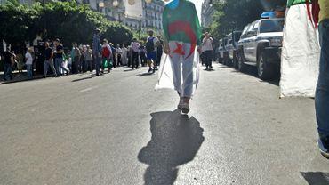 Une manifestante arborant le drapeau algérien lors d'un rassemblement dans les rues de la capitale Alger, le 11 octobre 2019