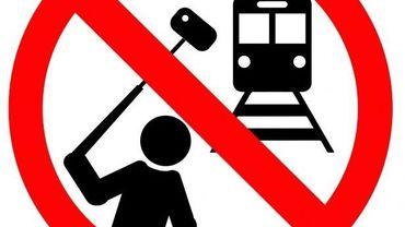 Non, prendre un selfie sur une voie de chemin de fer n'est pas une bonne idée