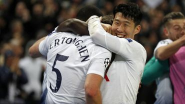 Jan Vertonghen dans les bras de Heung-min Son