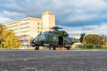 Avant d'aller chercher le patient, l'hélicoptère doit d'abord se rendre à Neder-Over-Hembeek pour embarquer l'équipe médicale et le matériel.