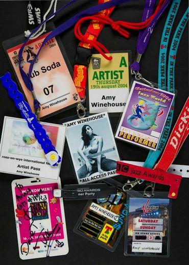 """Des badges de festival et de concerts présentés dans le cadre de l'exposition """"Amy Winehouse: A Family Portrait"""""""