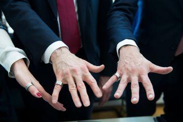 """Les signataires ont reçu une bague (""""ring"""" en néerlandais), tout un symbole."""