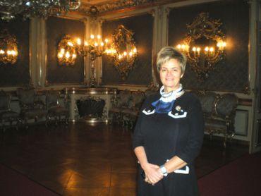 La Princesse Gloria pose dans le salon d'Argent du château Saint Emmeram qui compte environ 500 pièces !