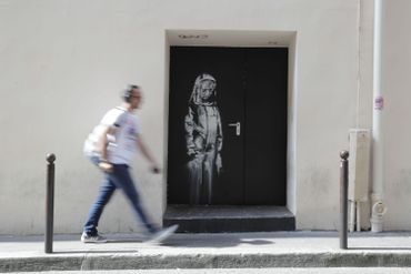 Un poignant hommage sur une porte du Bataclan