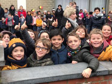 Les enfants de l'Institut de la Sainte-Union à Dour attendent la Reine Paola.