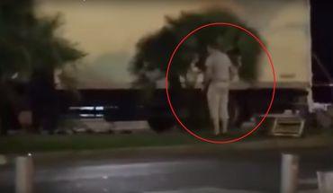 Un passant est aperçu près du camion.