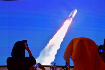 Emiraties contemplant le lancement de la fusée vers Mars, en été 2020