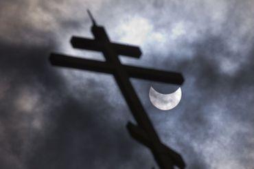 Vue sur l'éclipse depuis l'église St Nicholay à Sofia, Bulgarie