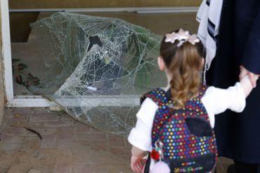 Une petite fille constate les dégâts provoqués par une roquette, ce lundi matin dans la ville israélienne de Ashdod.