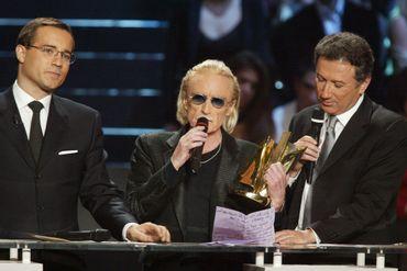 Christophe, entouré de Jean-Luc Delarue et de Michel Drucker aux Victoires de la Musique, en 2003