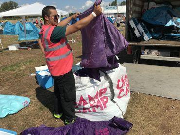 Environ 200 bénévoles à gilets roses s'activent pour récupérer tout le matériel de camping abandonné par les fêtards.