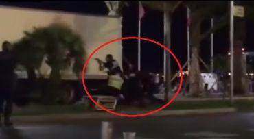 Un homme est immobilisé par les policiers.
