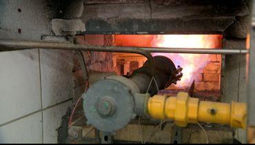 Les cuves sont chauffées à la flamme, une technique ancienne que la brasserie tient à préserver.