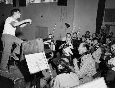 Le chef d'orchestre américain Leonard Bernstein lors d'une répétition avec l'Orchestre philharmonique d'Israël, le 22 octobre 1948.