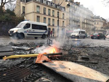 Entre les feux de barricades, de voitures et même une tentative d'incendie d'un magasin... Paris sent le fumé par endroits.