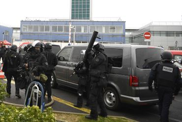 Aéroport d'Orly, le RAID sécurise le périmètre.