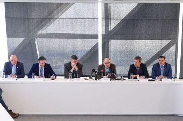 De gauche à droite: Stanny De Vlieger directeur de FGP-Antwerpen, le bourgmestre d'Anvers Bart De Wever, le ministre de l'Intérieur Jan Jambon, le ministre de la Justice Koen Geens, le ministre des Finances Johan Van Overtveldt et le secrétaire d'État pour la Fraude sociale, Philippe De Backer.