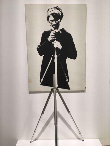 Maria Gilissen-Broodthaers photographiée par son mari, Marcel Broodthaers. La photo est prolongée par un vrai pied photographique.