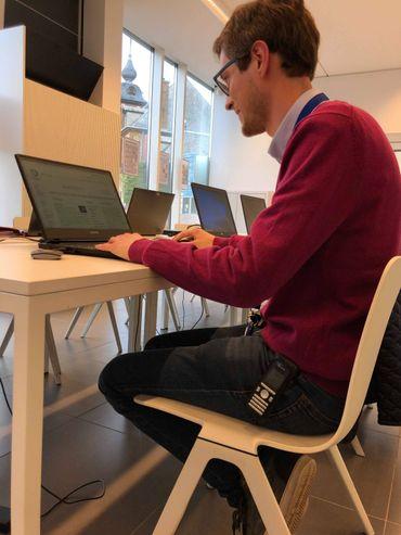 Les membres de WikimediA Belgique se réunissent une fois par mois pour encadrer les activités de WikipediA en Belgique et aider les contributeurs à se lancer ©RTBF