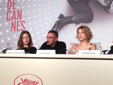 Abdellatif Kechiche entouré de ses deux actrices principales, Adèle Exarchopoulos et Léa Seydoux