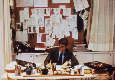 Yves Saint Laurent dans son atelier, 5 avenue Marceau, Paris, 1986.