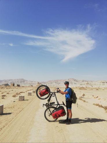 Julien Hendrix et son bolide sur l'île de Qeshm au sud de l'Iran