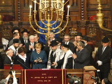 La chancelière allemande Angela Merkel recevant le Prix du judaïsme européen à Bruxelles