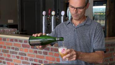 Olivier Dedeycker sert une Saison Dupont, la bière phare de la brasserie