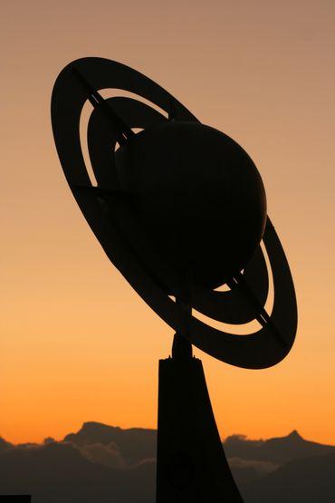 Le Soleil et chaque planète y sont représentés sur des panneaux, avec respect de l'échelle des distances et des tailles.