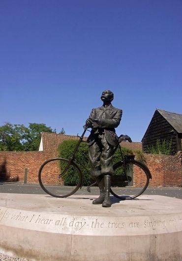 La statue de bronze d'Elgar qui pose à côté de son vélo se trouve en Angleterre