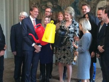 """La Reine Mathilde a visité l'expo """"Power of Object"""" à Bruxelles où elle a rencontré des designers belges de renom"""