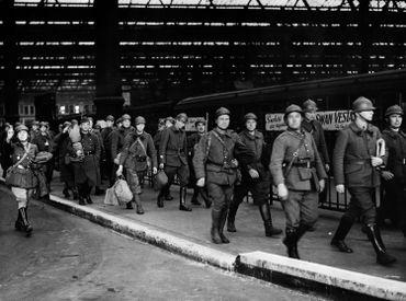 Soldats français rapatriés en Angleterre, à la suite de l'opération dynamo. Certains de ceux-ci continueront leur combat avec Charles de Gaulle par la suite.