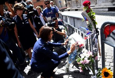 La présidente italienne de la chambre basse Laura Boldrini dépose des fleurs devant l'ambassade française à Rome ce vendredi 15 juillet.