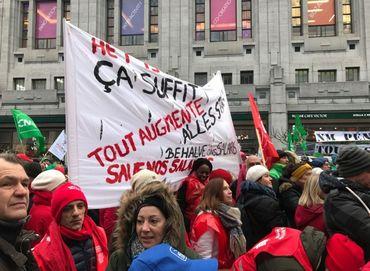 Actions syndicales: des manifestants ont canardé de peinture rouge la façade de la FEB