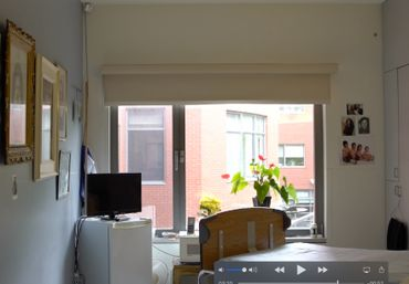 Dans cette chambre de maison de repos, une caméra a été placée par la famille. L'objectif est surtout de permettre à la famille vivant à l'étranger de voir la résidente.