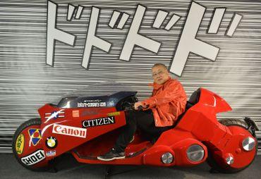 Katsuhiro Otomo, le mangaka créateur d'Akira, sur une réplique de la moto de son héros