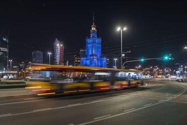 Palais de la Culture de Varsovie, éclairé en bleu (en hommage au personnel médical), ce 07 avril 2020