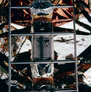 Ce message de paix est resté sur la Lune après le départ des astronautes.