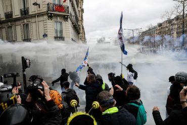 """Manifestation de """"gilets jaunes"""" en France: heurts sur les Champs-Elysées et magasins pillés (vidéos)"""