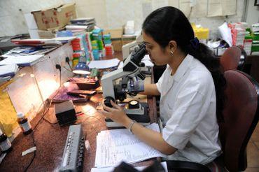 Examen au microscope d'un échantillon de sang d'un patient