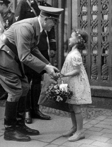 A. Hitler reçoit des fleurs d'une autre petite fille (1937)