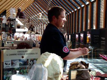 Tous les jours un chocolatier belge fait déguster ses pralines et ses compositions
