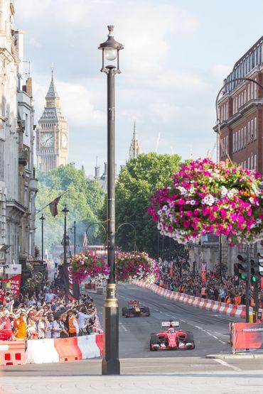 """L'absence critiquée d'Hamilton au show de Londres, le """"bouclier"""" Ferrari, Stoffel bat Button…à vélo, la F1 à Silvertsone."""