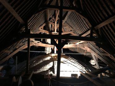 La charpente qui date du 17e siècle a beaucoup souffert des infiltrations d'eau