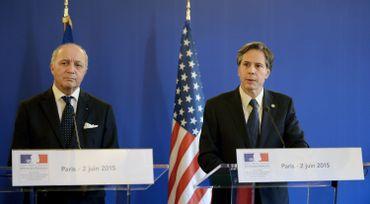 Antony J Blinken (à droite), sous-secrétaire d'État américain (francophile) avec le ministre français des Affaires étrangères, Laurent Fabius, lors d'une conférence de presse conjointe à la suite d'une réunion avec les ministres des Affaires étrangères des membres de la coalition anti-État islamique, le 2 juin 2015 à Paris.