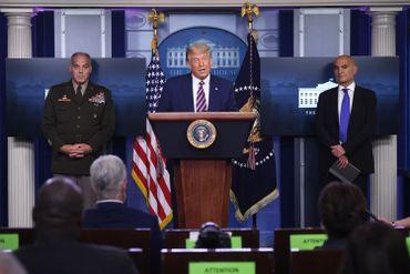 """Le président Donald Trump, avec Moncef Slaoui et le général Gustave Perna, tous deux chargés de l'opération """"Warp Speed"""" - septembre 2020"""
