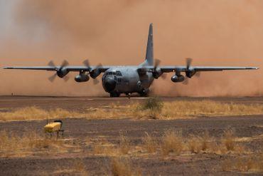 Le C130 peut décoller ou atterrir sur pratiquement tous les terrains, ici la piste de sable sous la fournaise de Gao,