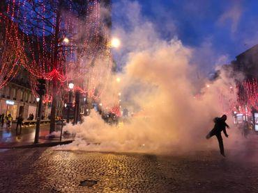 Les Champs-Élysées: globalement sous contrôle au fil de la journée. En début de soirée, il reste peu de manifestants.