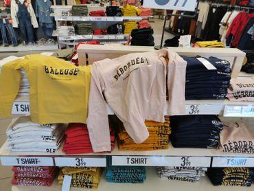 """""""Râleuse"""", """"Madame je sais tout"""", """"Monsieur génial"""": les t-shirts pour enfants sont-ils sexistes?"""